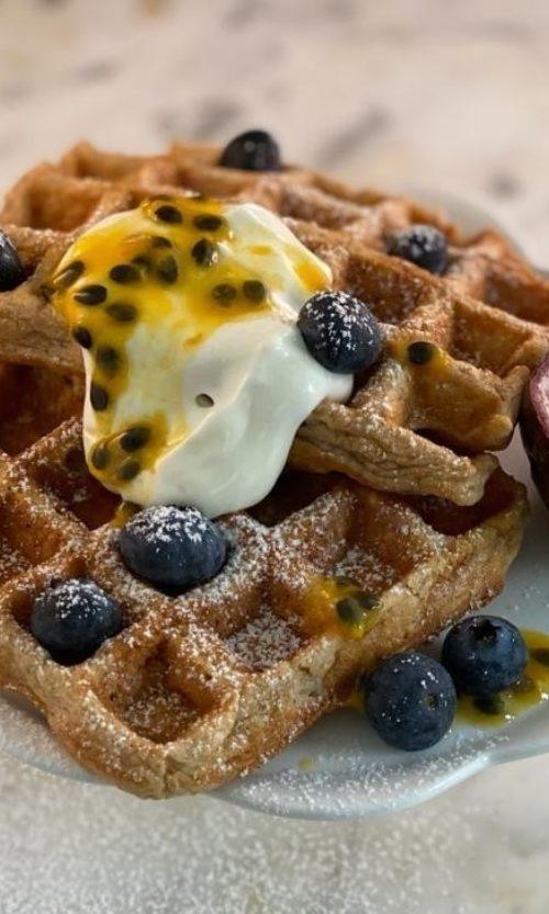 wafel met griekse yoghurt, blauwe bessen en passievrucht