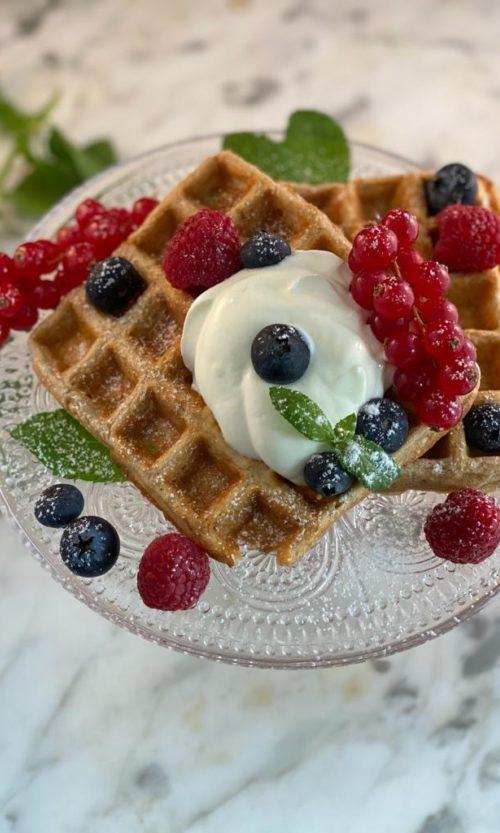 Wafel met griekse yoghurt, blauwe bessen en rood fruit